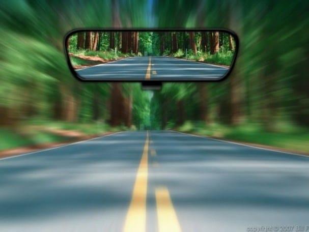 Chỉnh gương chiếu hậu ô tô cho đúng